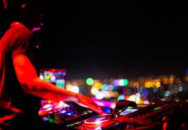 DJ On Ice